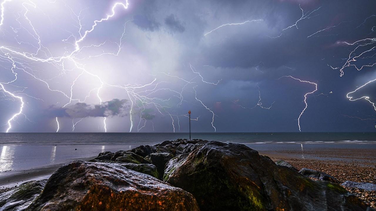 كيف تحمي نفسك من خطر صواعق البرق والرعد - CHIHEB MAG