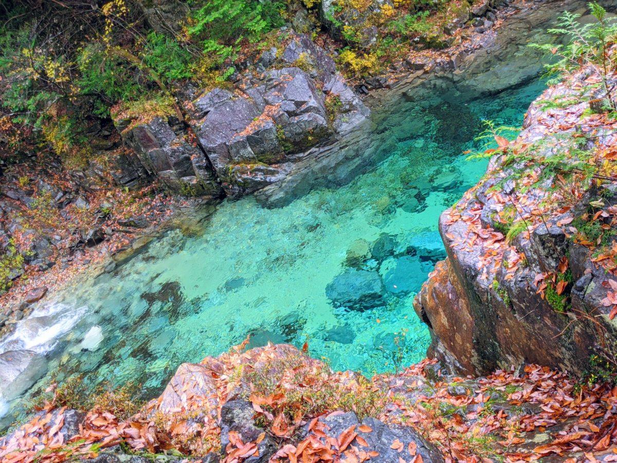 阿寺ブルーと称されるエメラルドの清流『阿寺渓谷』(大桑村)   シマグニノシマタビ