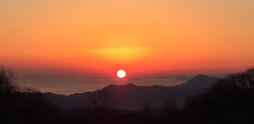 五明山頂付近から見た冬の夕陽が沈むシーン
