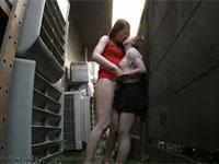 長身女がちびっこを路地裏に連れ込み、強制キスや乳首舐めでちびっこを弄ぶ