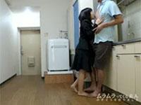 不動産屋のロリ系女性スタッフ櫻井ゆりちゃんは契約を取りたい一心でオトコのチクビを舐める