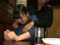 姪っ子の巨乳を背後から揉んで、さらに乳首を見せてくれと懇願する叔父