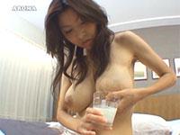 驚愕!コップに大量の母乳を搾る美人奥様。パンパンに張ったミルクタンクがエロすぎ