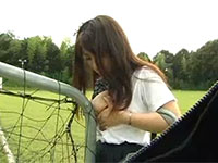 サッカーゴールにちくびを擦り付けて野外オナニーする巨乳JK