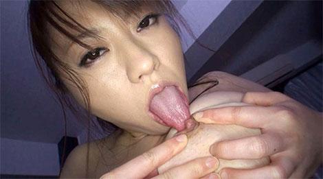 松下美雪さんのセルフ乳首舐め