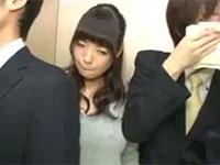 エレベータでノーブラ若妻の乳首を服の上から擦って刺激したった(笑)