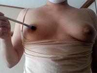 乳首を硬い筆で自責めしている個人撮影動画