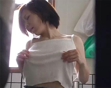 ノーブラのタンクトップの上から乳首を弄る女