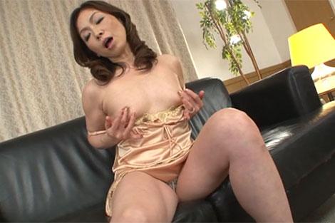 ソファーで乳首オナニーにふける熟女