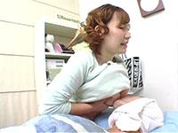 両方の乳首を同時に吸わせて授乳する爆乳ママ、宮崎あいちゃん