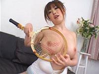 浜崎りおちゃんがテニスラケットで乳首オナニーしているメッサエロいシーン