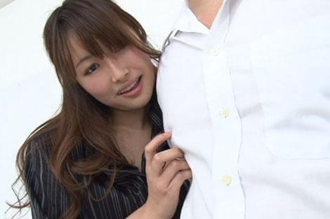 優しそうなお姉さんがワイシャツの上から乳首を指でカリカリ