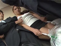 エレベーター内でノーブラ若妻の乳首をカリカリと弄るサラリーマンの乳首痴漢男が出現!