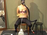 ガスマスクを被り、乳首を自動で引っ張る自家製マシンでセルフ倒錯乳首調教をする変態外人