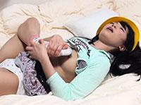 なんと足で乳首オナニーをして軽く乳首イキするロリ系女子を発見www