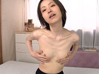 病的なまでのガリガリ激ヤセ女子、神崎つかささんの極小チクビオナニー