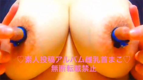 肥大した乳首を指で弄る