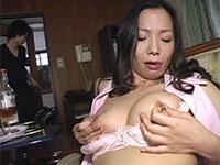 酔ってHな気分になって乳首オナニーをし始めた所を息子に目撃された母親が・・・