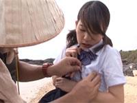 制服の胸部分に釣り針が引っかかり、それを取ろうとした釣り人がドサクサに紛れて乳首接触!