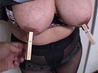 変態サークルにやってきた五十路デカ乳首熟女が乳首に木製クリップを付けられ鼻フックマゾプレイ!
