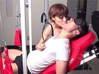 かなりドSっぽい人妻がM男をSM台に寝かして淫語乳首責め!