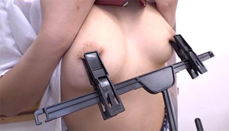 ハンガーで乳首を挟むと今までに無い感覚が!