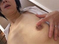 誰にも吸って貰えずにいつも自分で摘んで乳首オナニーをしているデカ乳首熟女、桐嶋永久子さん