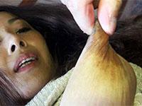 子供に吸われて伸びたエロ長乳首をさらに弄り伸ばす熟妻乳首狩り!