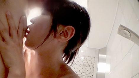 お風呂で乳首舐め
