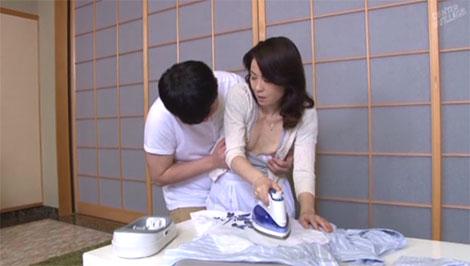 背後から母の乳首を弄り始める息子