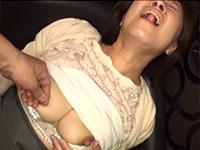 熟れたデカ乳首をちょっと痛いほど摘み捻られるのが感じてしょうがない柳田和美さん