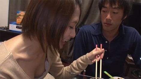 夏目優希ちゃんの胸元をチラチラ覗く男