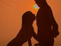 夕暮れ時の砂漠で乳首を舐めながら手コキしているかのような幻想的な乳首舐め手コキの映像