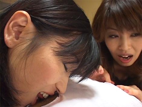 肌着の乳首の部分を丸く切り取り乳首舐めをするという神展開