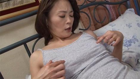 両方の乳首を指でカリカリしてチクオナ