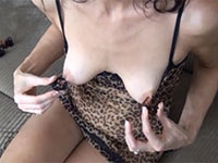 デカ乳輪がハードに勃起してガッチガチに縮小する外人女性の変態チクニー動画!