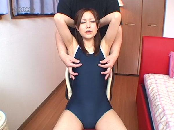 スクール水着の上から乳首を摘まれる亜由美さん