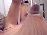 貧乳がシワシワになって伸びるまで乳首を吸引して天高く引き伸ばす外人さんの自画撮り動画