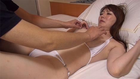 白いビキニを着た熟女の乳首を指でイジイジ