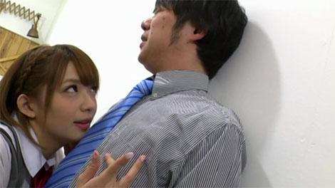 廊下で先生の乳首を弄って誘惑する麻里梨夏