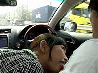 車の運転中にチクビを舐めてM男クンを挑発する神ユキさんの可愛さに感極まるM男の動画