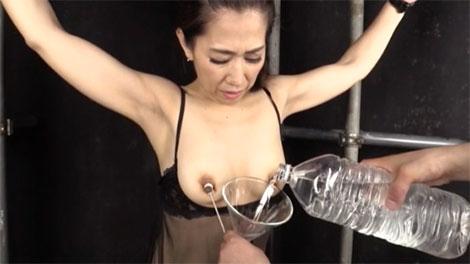 乳首にペットボトルを付けられる刑