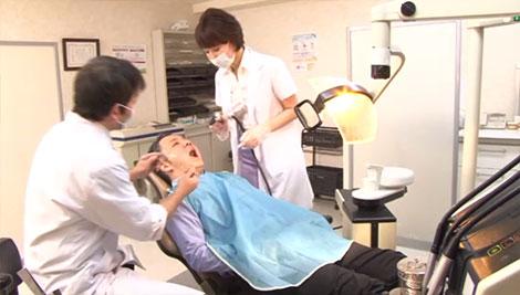 医師会会長の歯の治療を行う夫妻