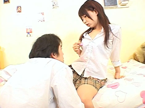 制服の上からローターを使って乳首オナニー