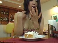 羞恥乳首露出!ファミレスで乳首を露出させられ、さらにケーキを乳首に塗るよう指示される女性www