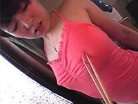 デカ乳首の幼妻、奥村初美さんの服の上から勃起した乳首を菜箸で小豆拾いしている動画!