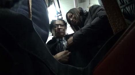 満員電車内で脂っこいリーマンの乳首を逆痴漢し始める榊なちさん