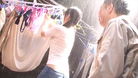 急な雨の中、洗濯物を取り込む倉多まお