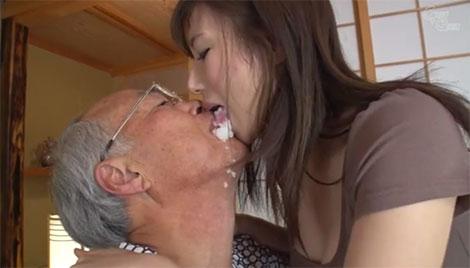 口移しでご飯を食べさせて欲しいと要求するお爺ちゃん