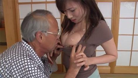胸元にご飯をわざとこぼし、胸をお触り&乳首にイタズラするお爺ちゃん